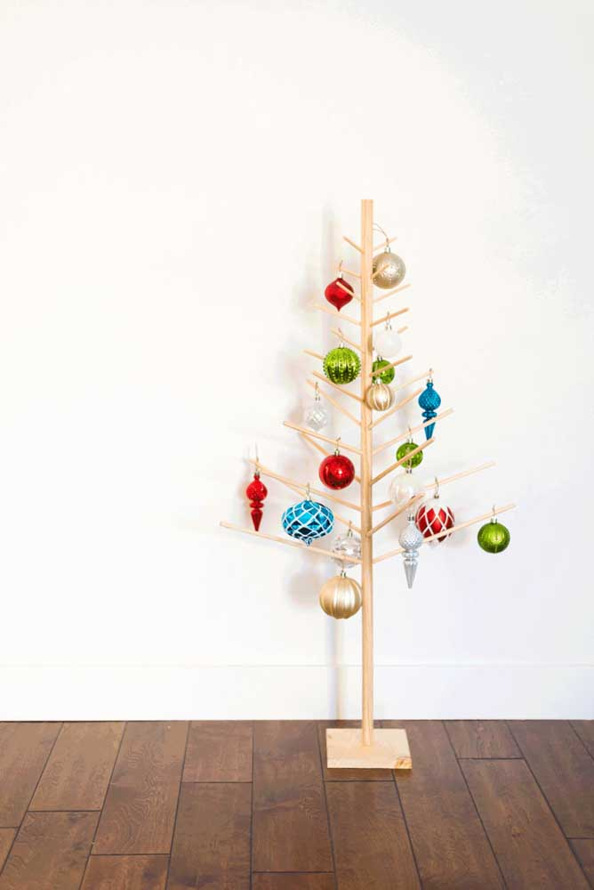 16. Regardless of the tree, Christmas baubles cannot be missing from the decoration.