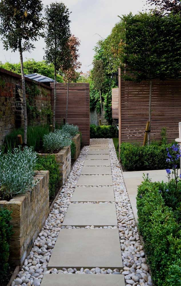 17. Here, the granite slabs superimposed on the pebbled stones form a beautiful path through the garden.