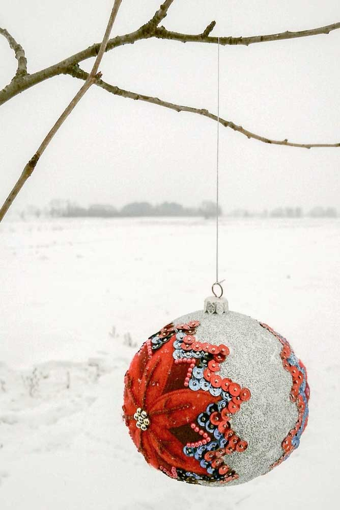 18. In summer or winter, the Christmas ball is already a Christmas tradition.