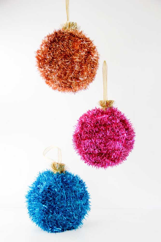 21. Or use another type of material to make sparkly Christmas baubles.