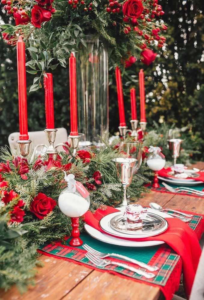 21. Prepare a classic table using silver pieces and Christmas colored items