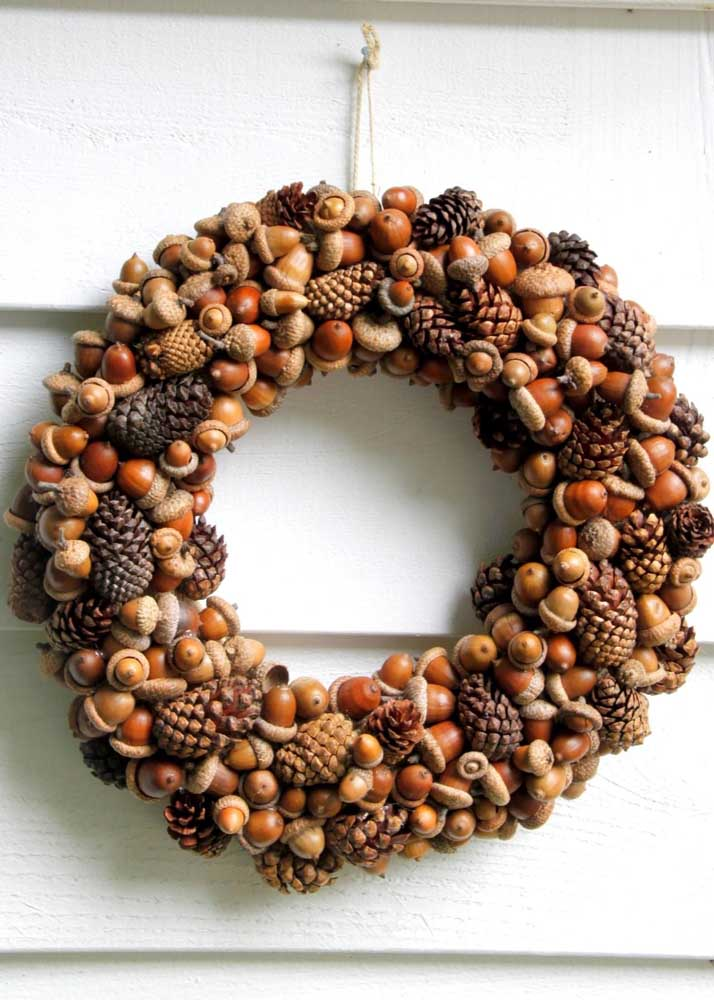22. Christmas wreath of walnuts! The typical fruits of this time of year also gain space in the decoration.