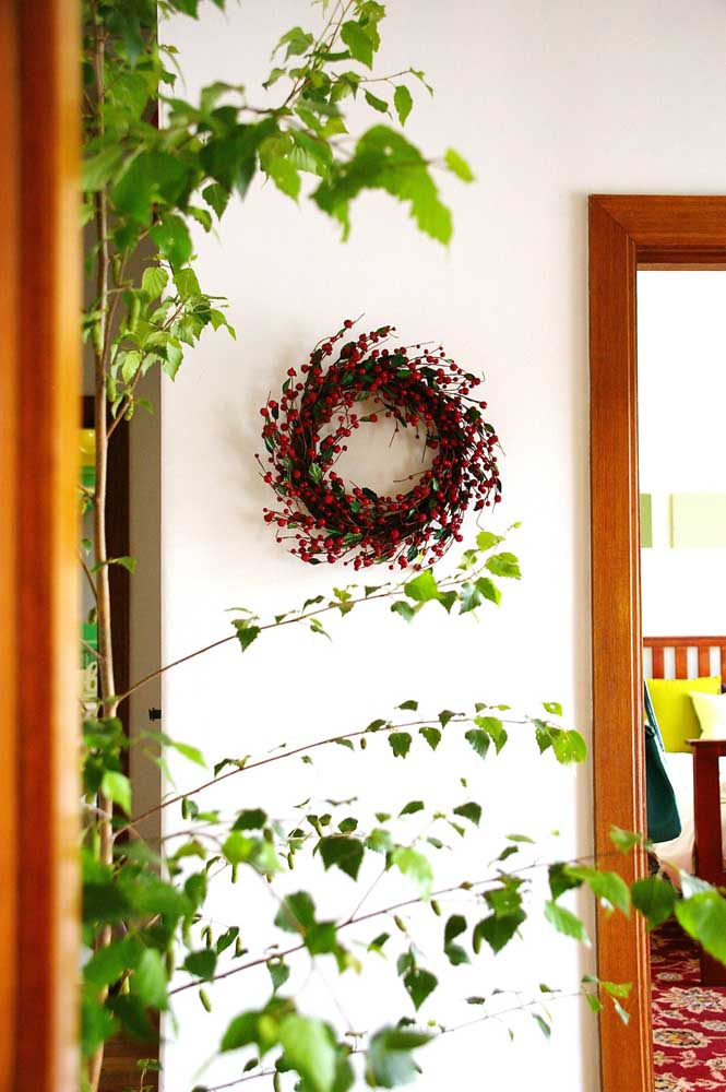 23. Christmas wreath with red flowers to decorate the inner wall of the house.