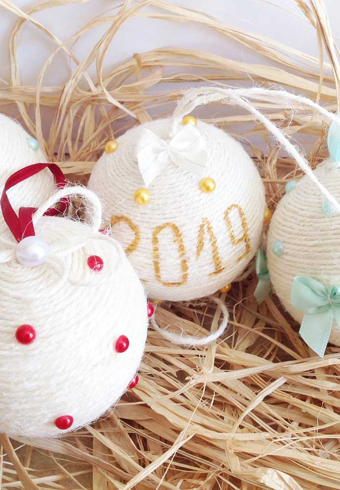 23. Did you know that it is possible to make personalized Christmas balls with string?