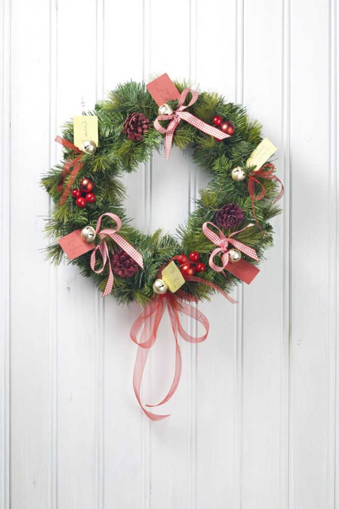 24. Typical Christmas elements always look good on the garlands.