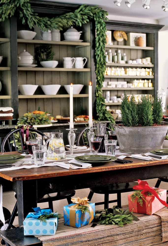 24. Want something more rustic?Bet on green and use a wooden table