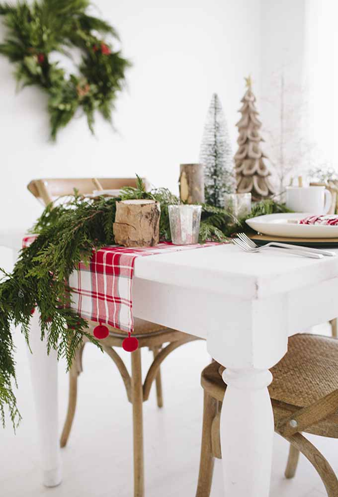 26. Want to make a rustic decoration?Spread branches and some pieces of the tree trunk