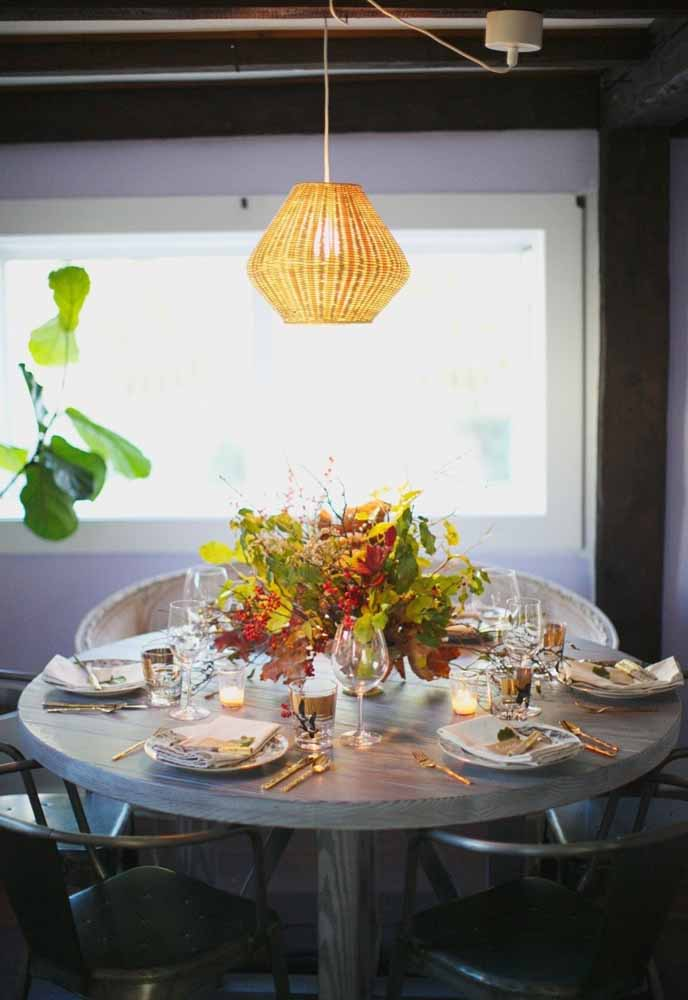 27. To decorate your Christmas dinner you don't need a lot of exaggeration, just make a nice table arrangement