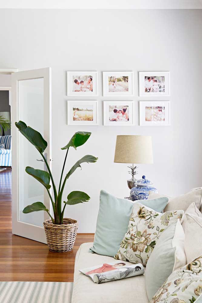 28. If you want you can do something more standardized like these photo frames of the same size that were arranged on the wall.