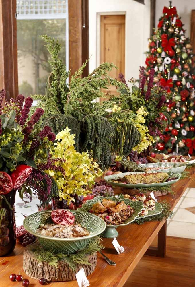 29. Mix lots of leaves, fruits, flowers and delicious fruits to decorate the supper table