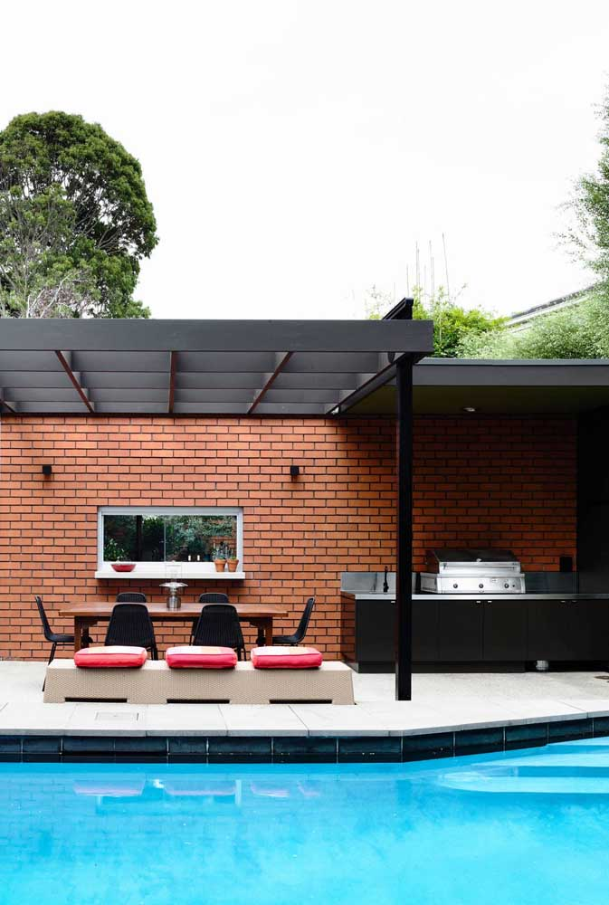 30. Leisure area with barbecue decorated with bricks.
