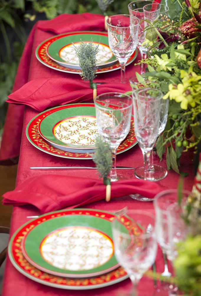 32. How about making a traditional Christmas table?