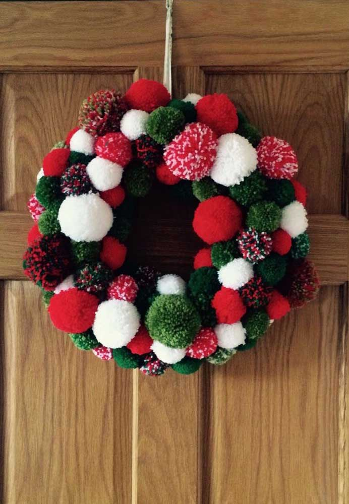 32. Wool pompons! Beautiful Christmas wreath idea.
