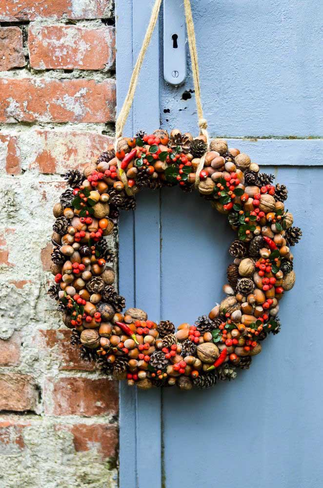33. Nuts, pine cones and even peppers decorate this rustic Christmas wreath.