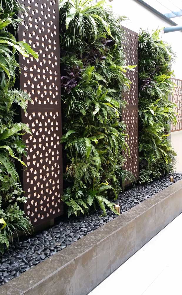 35. Black pebbles provide a touch of elegance and incredible sophistication to the garden.