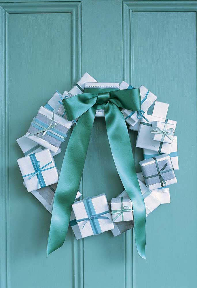 37. Gift boxes and a beautiful ribbon bow; the wreath is ready.