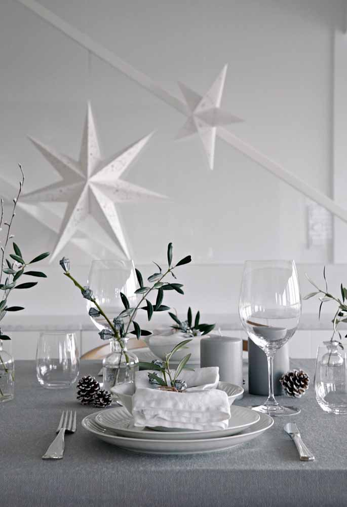 39. Make a combination of white and gray to decorate the supper table