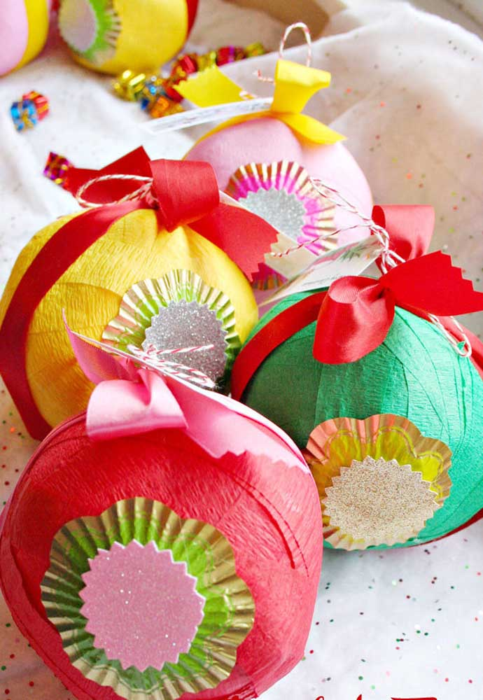 40. You can even make Christmas balls made with crepe paper to decorate your tree.