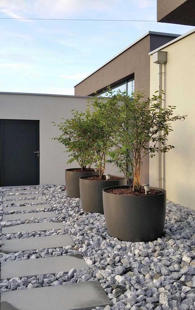 41. Crude construction stones guarantee the modernity and style of this garden.