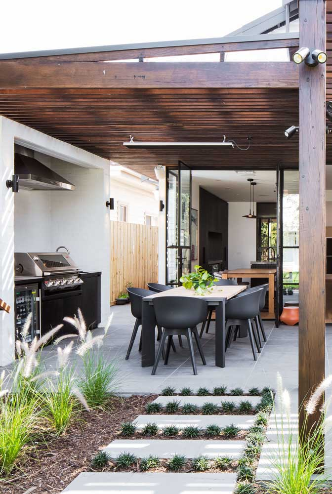 41. Leisure area with barbecue in the backyard. Highlight for the wooden lining that warms and comforts.