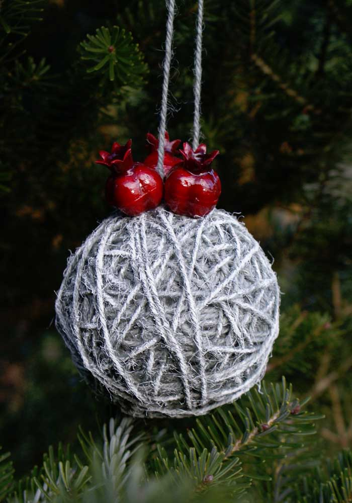 42. Learn how to make Christmas balls with simple and economical materials.