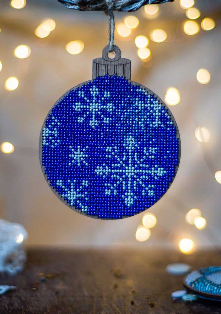 43. How about using beads to make blue Christmas balls?