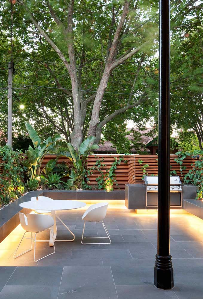 45. Here, the indirect lighting under the benches brings even more beauty to the leisure area with barbecue.