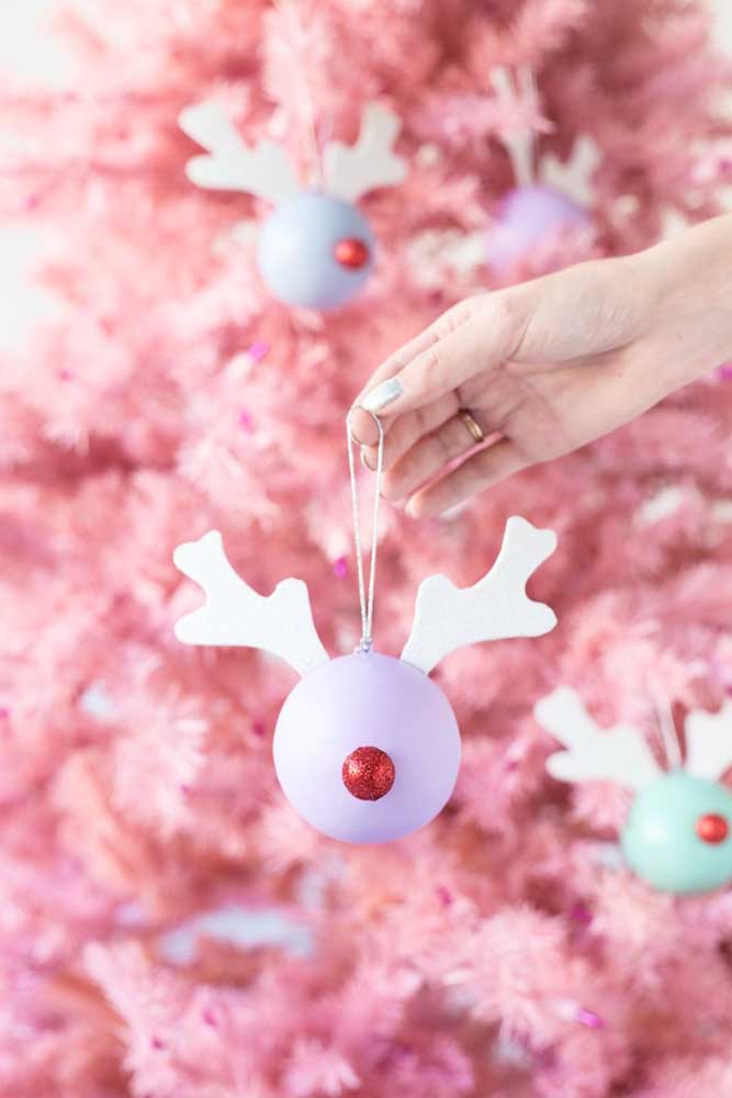 46. Prepare some fun and lively Christmas baubles to decorate the Christmas tree.