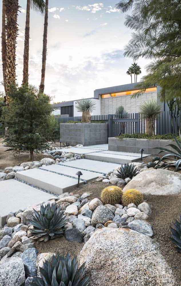 46. Stones in different sizes, types and shapes make up this rustic and modern garden.