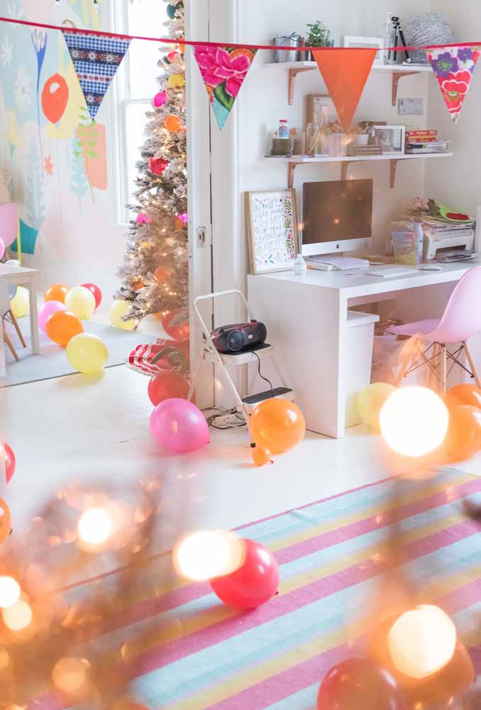 48. Simple and cheap Christmas decoration: colourful decorations to liven up the party