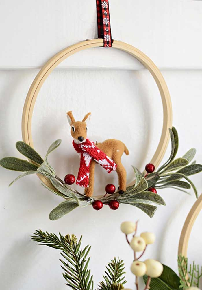 48. This simple wreath has chosen only one Christmas symbol to decorate it.