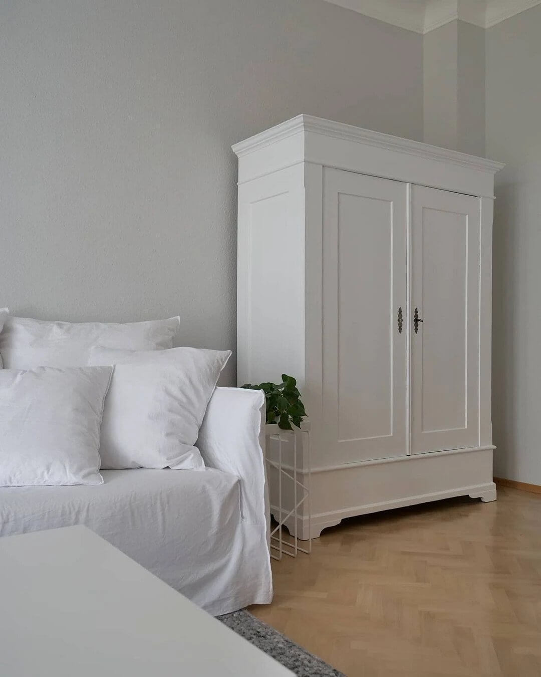 9. Almost sterile interior with white textiles and furniture