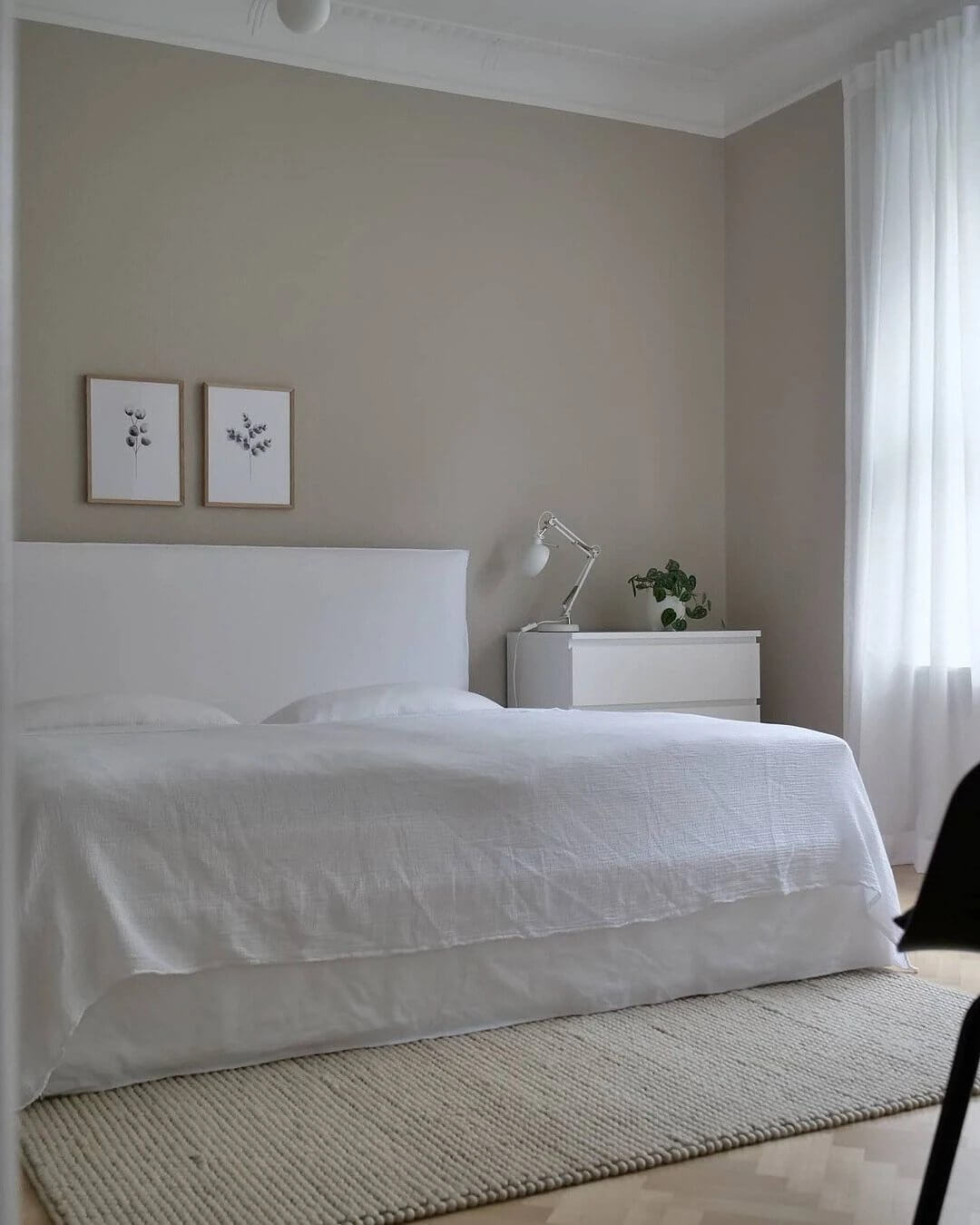 10. Almost sterile interior with white textiles and furniture