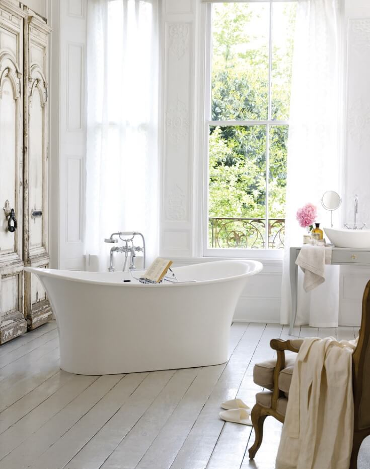 Bathtub with an elegant bowl in a Provencal style room